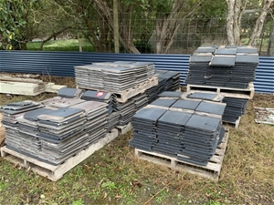 Monier Roof tiles, approx. 560 on 7 pallets Auction (0168 ...