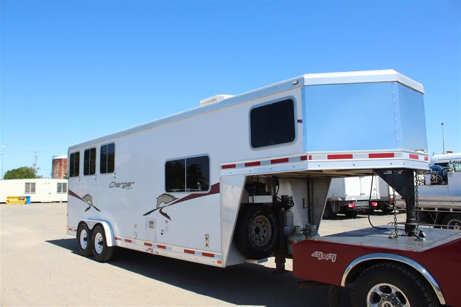 2008 Lakota 3 Horse Goosneck with Full living Quarters