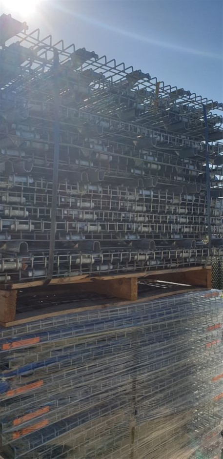 Mesh decks suitable for pallet racking