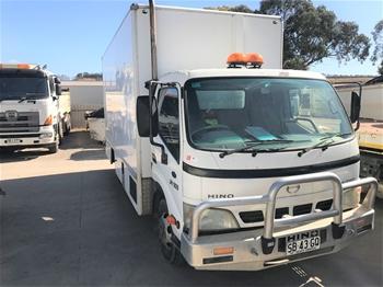 2005 Hino DUTO U424 4 x 2 Pantech Truck