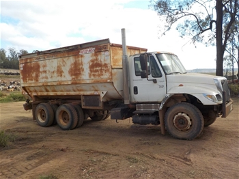 International 7400 DT530 Automatic Bogie Drive Truck with 620-16 Roto-Mix Bin
