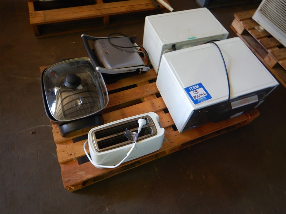 A Quantity of Assorted Small Kitchen Appliances
