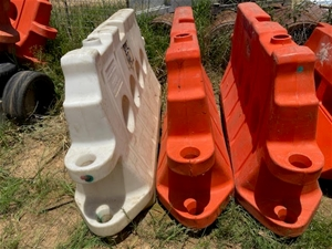 Qty 5 x Safety Plastic Barriers Arrow