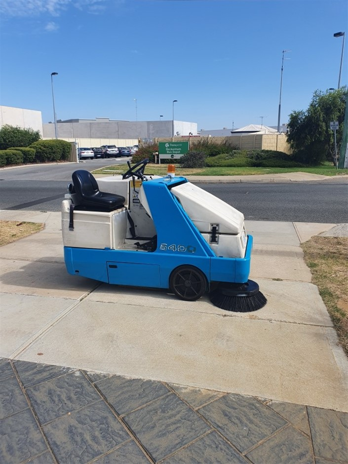 Tennant 6400 Small RIDE ON FLOOR SWEEPER