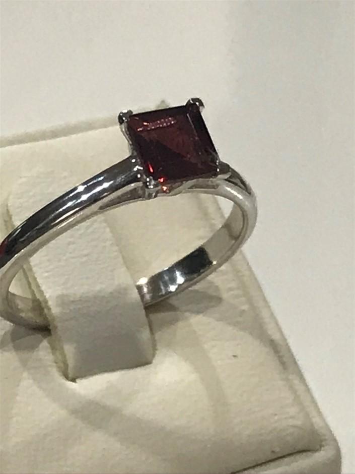 Brilliant 1.25ct Garnet & 18K White/Gold Vermeil Ring. Size N (7)