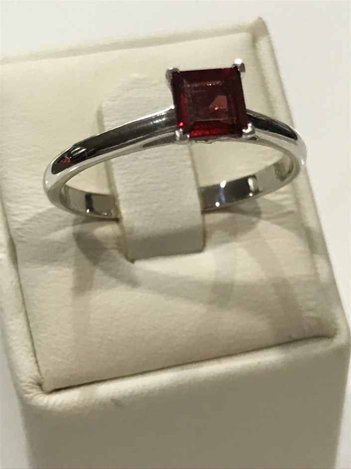 Brilliant 1.25ct Garnet & 18K White/Gold Vermeil Ring. Size R 1/2 (9)