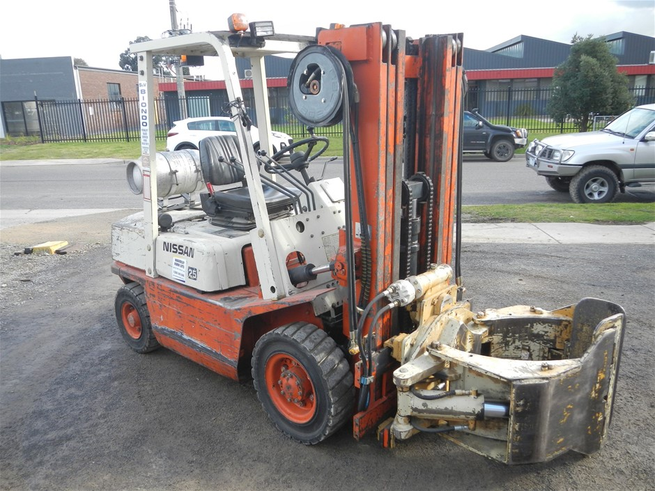Nissan 2.5 ton forklift with rotating roll clamp, Model PF02