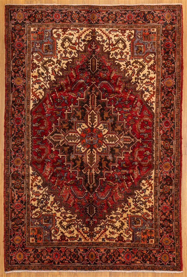 Handknotted Pure Wool Fine Persian Herez Rug - Size 294cm x 196cm