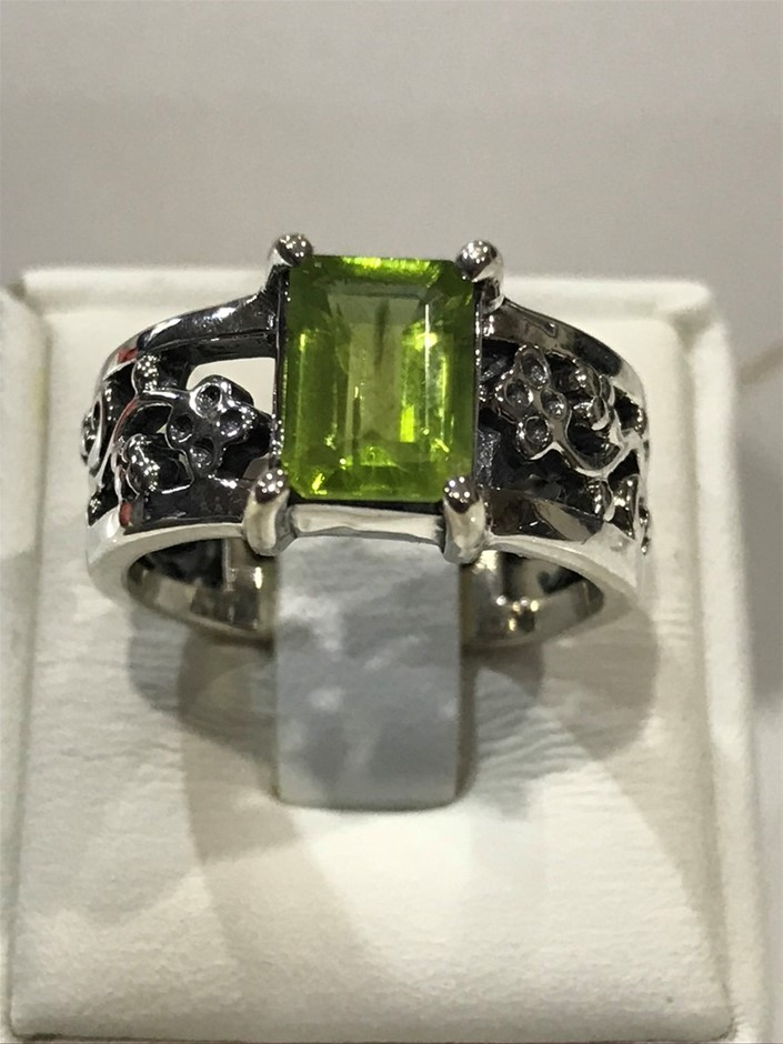 Stunning Wide Banded 1.70ct Peridot Ring Size L 1/2 (6)
