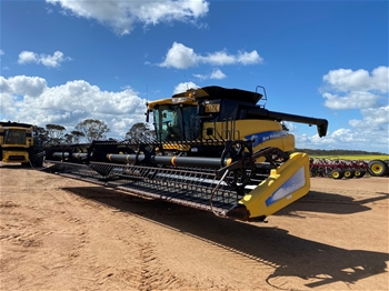 2011 New Holland CR9080 Harvester with 40' MacDon Front