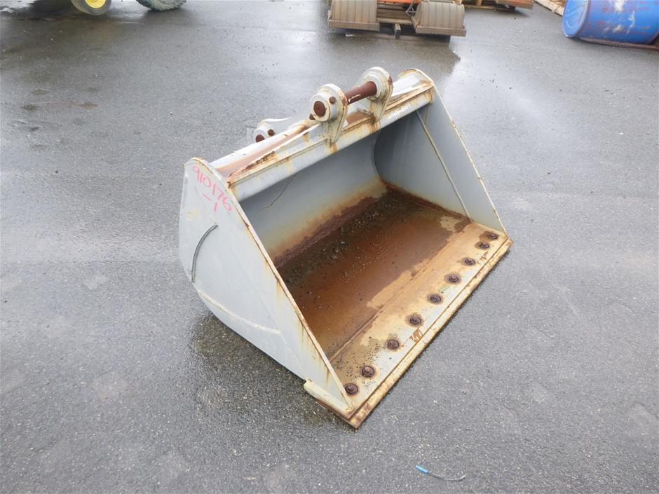 1200mm BATTER BUCKET WITH BOLT ON EDGE